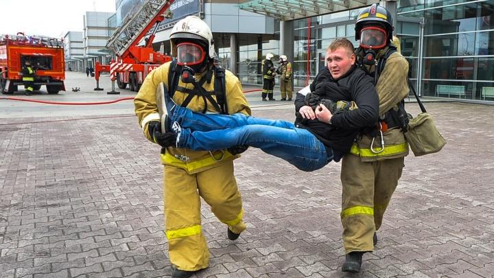 Репортаж с учений в Кольцово: пассажиры бросили чемоданы и притворились пострадавшими