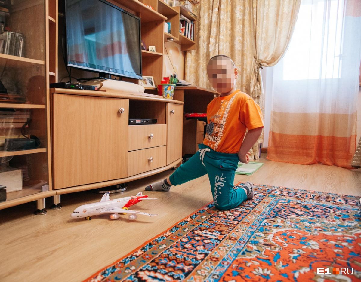 За год жизни в Екатеринбурге ребенок успел забыть маму. Сама она не стремилась к нему приехать