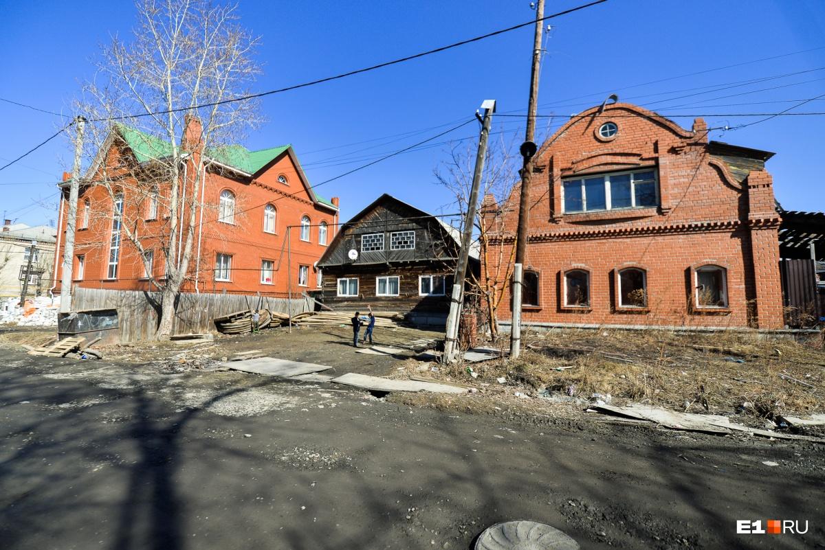Деревянные избушки соседствуют с внушительными кирпичными домами