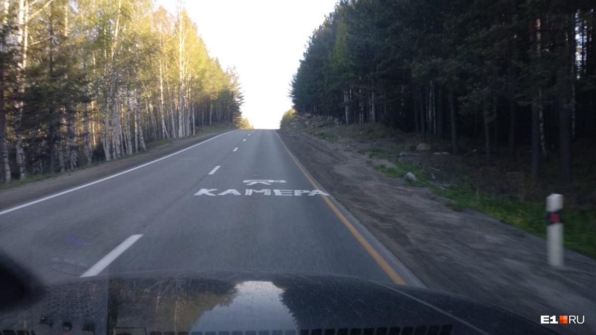 Камеры обычно стоят за подъёмом, чтобы водители увидели их в последний момент