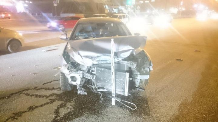 Пермячка без водительских прав пронеслась на красный и протаранила иномарку в центре города