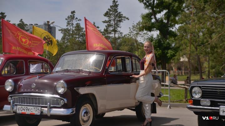 «Девчонкам не доверяю»: в Волгограде на солнцепеке устроили парад советских машин