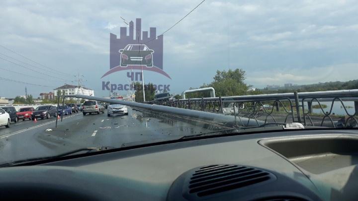 «Месиво со спорткаром»: три машины столкнулись на Дубровинского и повалили столб