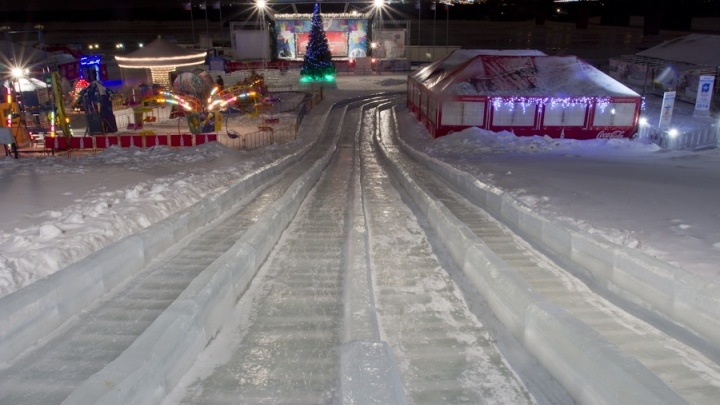 Часть набережной обнесли забором ради строительства ледового городка