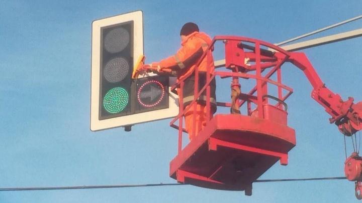 По Красноярску начали отмывать дорожные знаки и светофоры