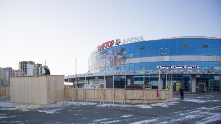Возле ледовой арены «Трактор» начали собирать хоккейную коробку
