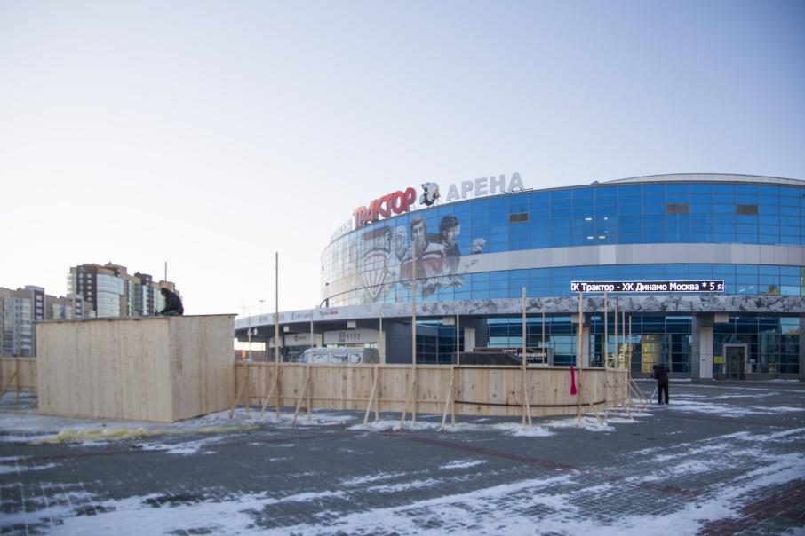 Хоккейная коробка располагается рядом с главным входом