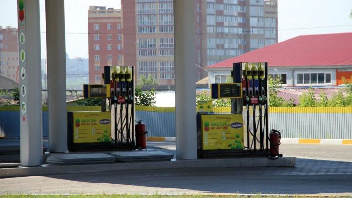 Сети омских АЗС снизили цену на бензин на 15 копеек
