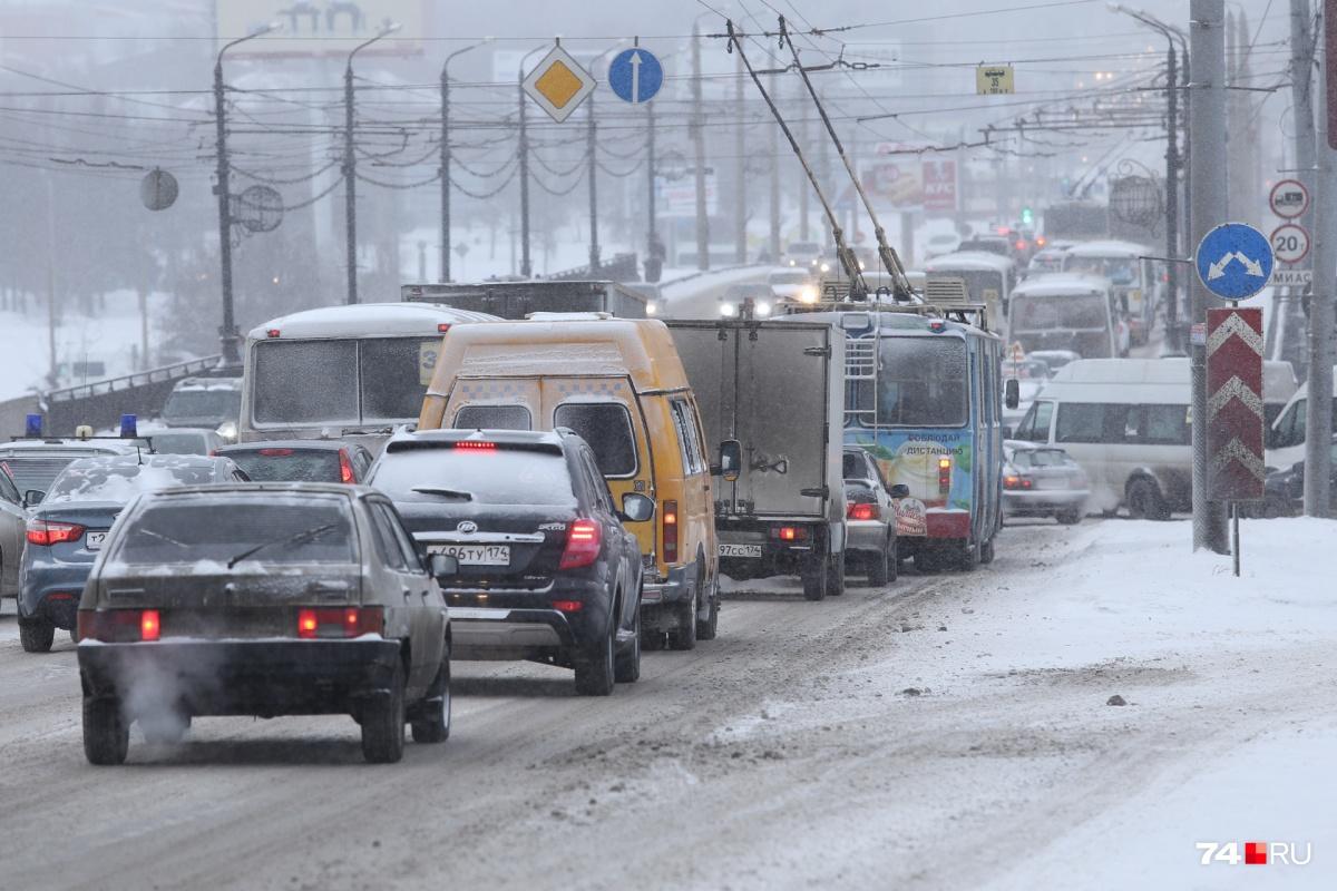 Ситуацию на дорогах ухудшают многочисленные аварии