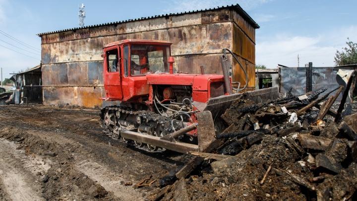 «Оказались в одном месте и бились в истерике»: в Волжском сносят выгоревшую дотла конюшню