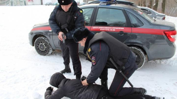 В Уфе задержали мужчину в кровавой одежде и с топором