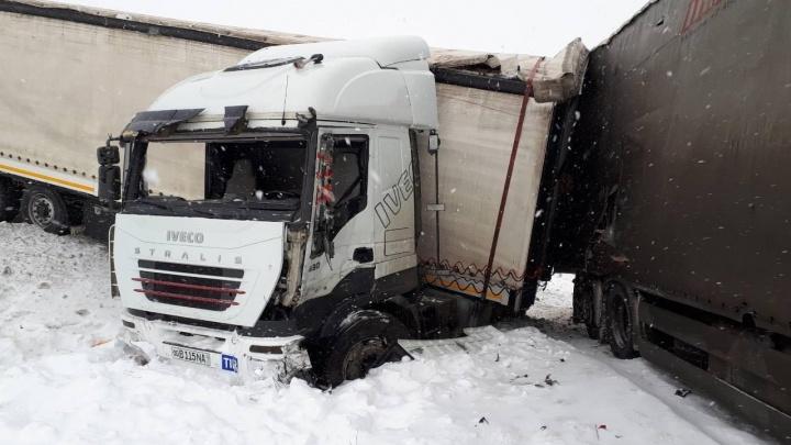 Фуры снесло в кювет: на заснеженной трассе в Самарской области разбились грузовики