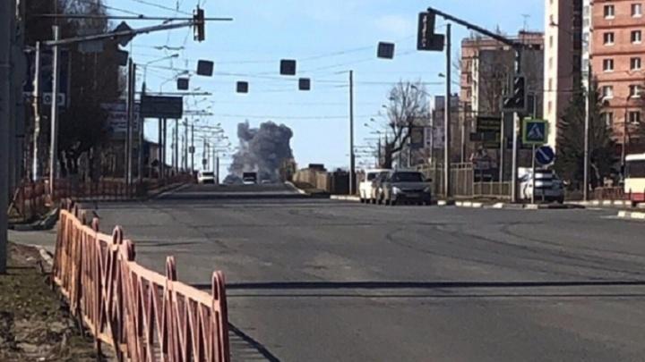 В Ярославле сгорел склад с техникой: сообщается о погибших