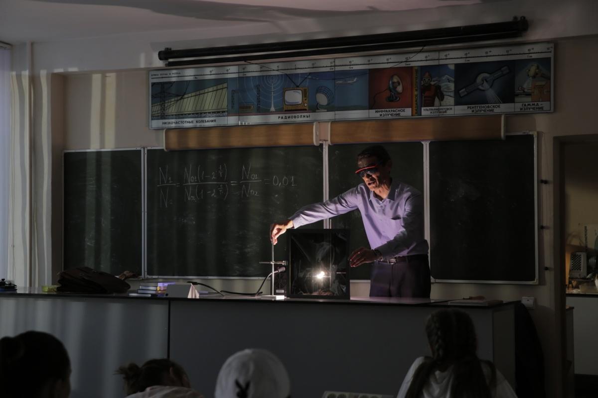 Роберт преподаёт физику в обычной школе