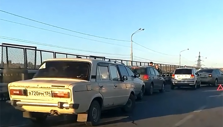 В Красноармейском районе Волгограда на мосту столкнулись шесть автомобилей