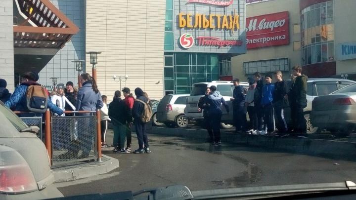 В Перми подростки устроили массовую драку у ТРК «Столица»