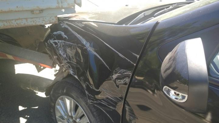 Сцепились бамперами: у ТРЦ «Аврора» Renault врезался в «Газель»