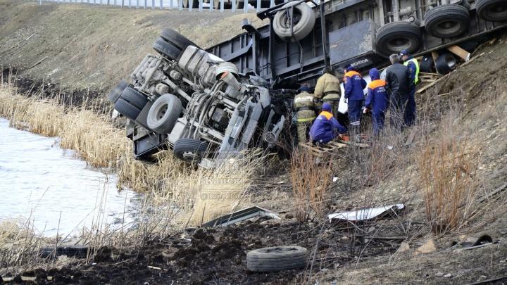 Под Канском фура перевернулась и слетела в кювет: спасатели вызволяют застрявшего водителя