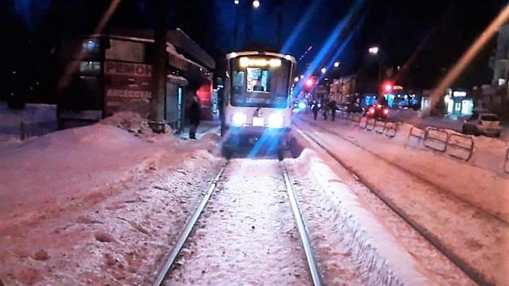 «Упал лицом на пол»: в Екатеринбурге в экстренно затормозившем трамвае пострадал двухлетний мальчик