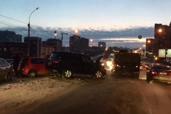 Аварии случились на подъезде к перекрёстку с улицей Фрунзе со стороны «Золотой Нивы»