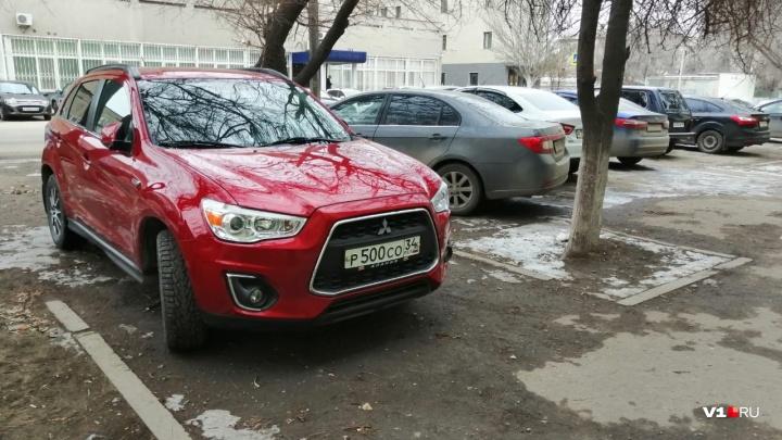 Может, дело не в запретах? Волгоградские автохамы нарушают ПДД даже на разрешенных парковках