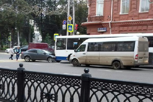 Легковушка и автобус врезались лоб в лоб