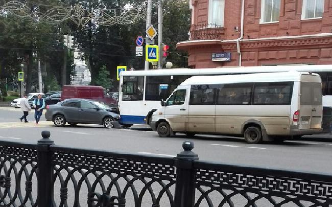 В Уфе две иномарки протаранили два автобуса