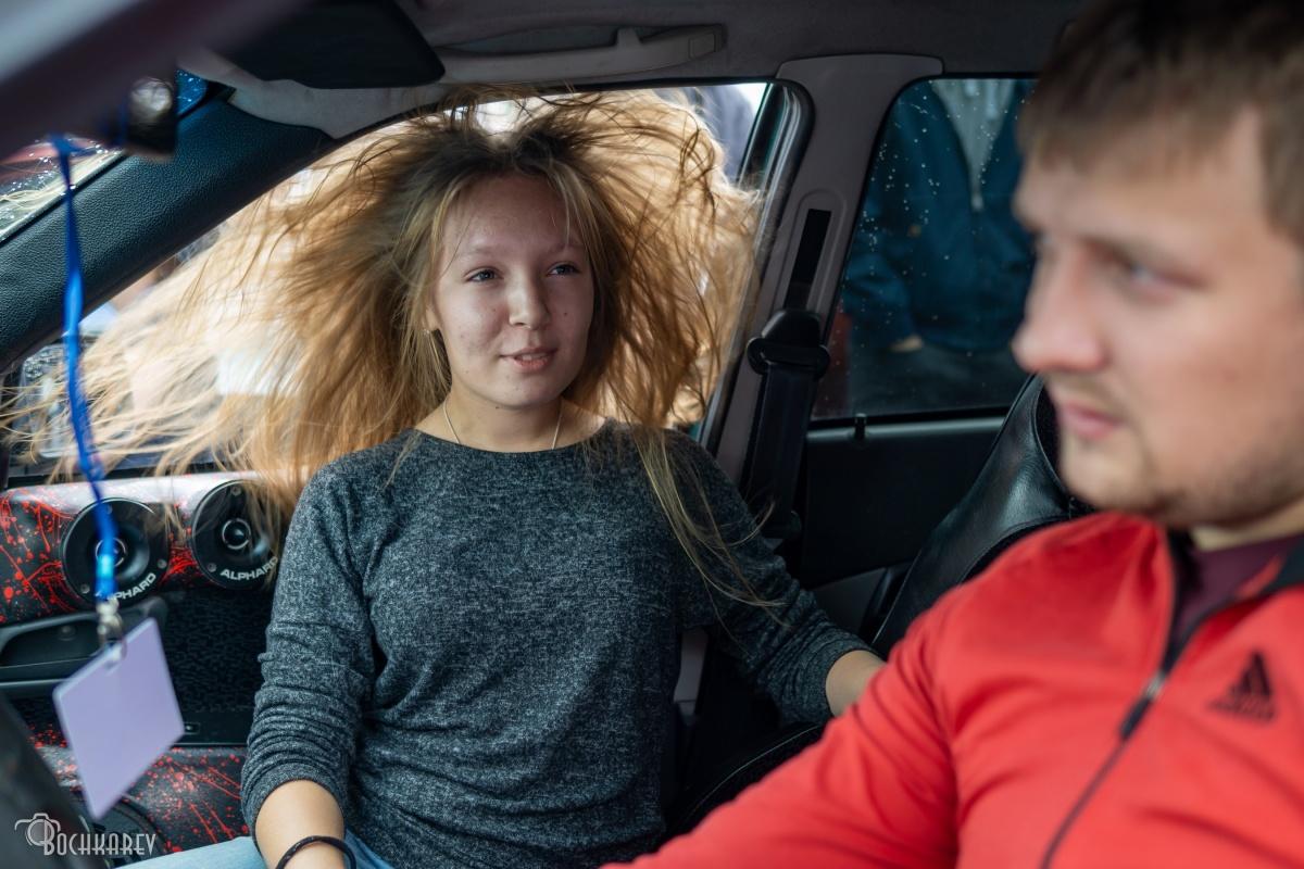 Вот так во все стороны разлетаются волосы, когда в машине включают музыку
