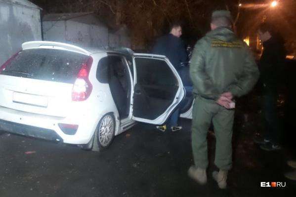 По словам охранника, сначала раздался хлопок, а потом машина резко вспыхнула