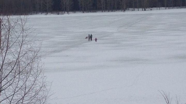 В Ярославле спасатели пристыдили двух мам, вышедших на тонкий лёд вместе с детьми