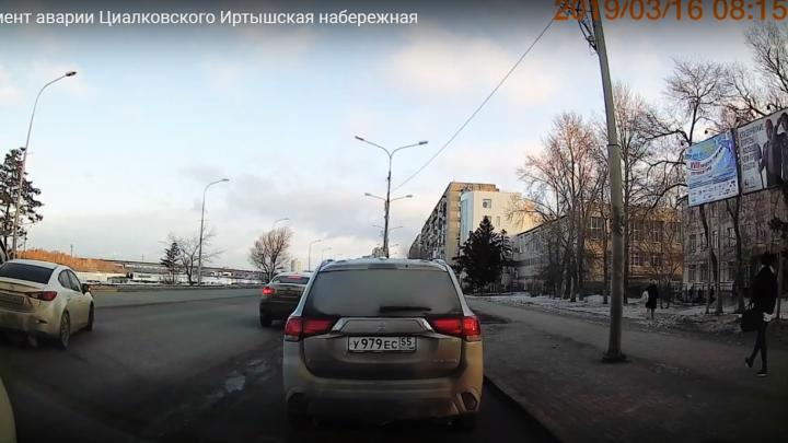 Появилось видео аварии с «Маздой» и скорой на Иртышской набережной