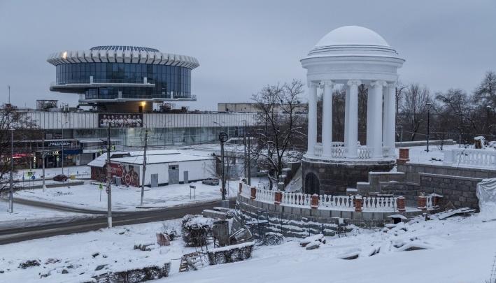 «Подняли архивы»: ротонде на Центральной набережной Волгограда поменяли всю сгнившую лепнину