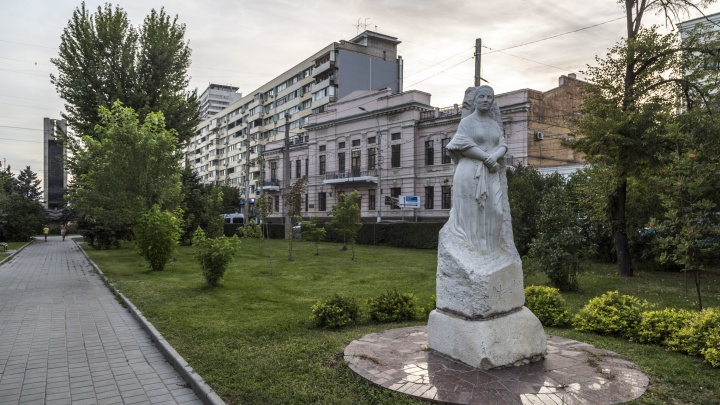 Березам у Агашиной катастрофически не везёт: волгоградцы высадят новое дерево у памятника поэтессе