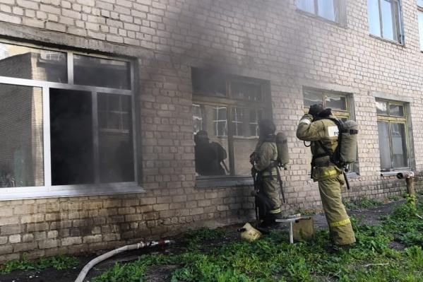 Пожар вспыхнул в классе на первом этаже