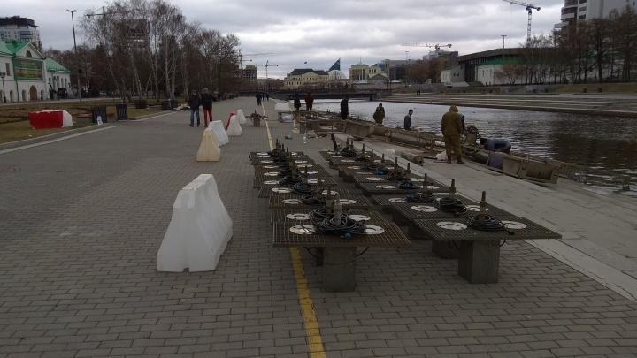 На Плотинке рабочие достали из воды и разобрали поющий фонтан