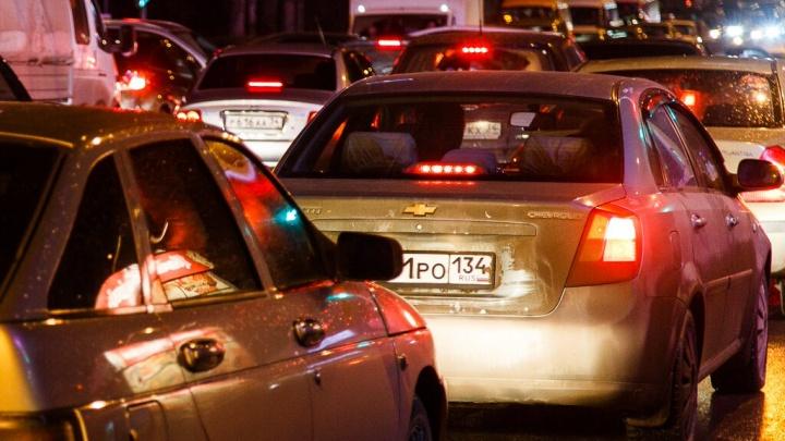 В Волгограде в очередной раз из-за дождя перекрыли рокадную дорогу