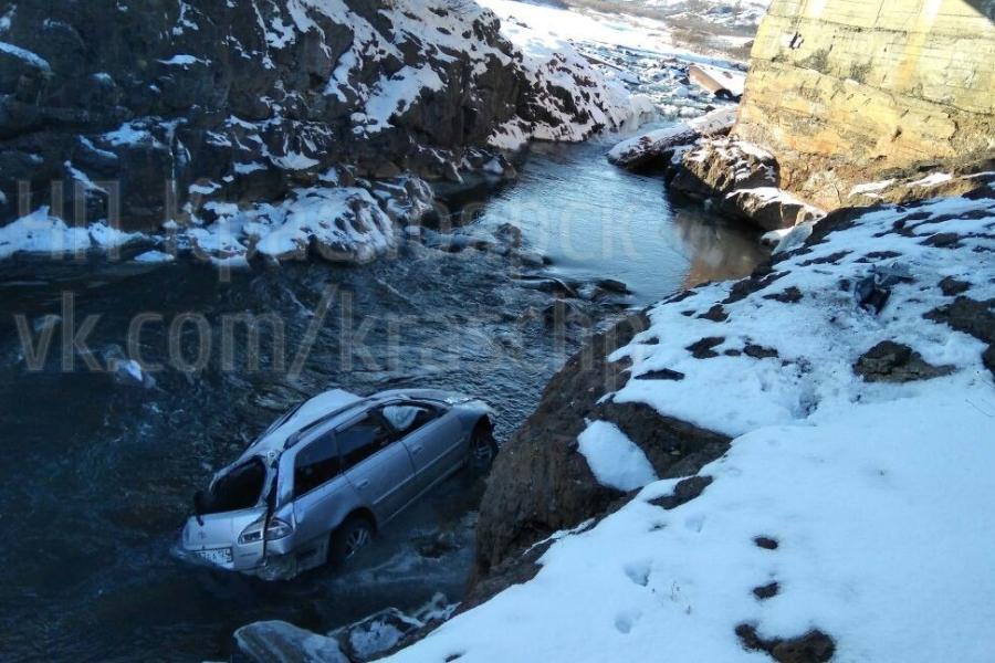 ВКрасноярском крае автомобиль вовремя гололёда сорвался с дороги вреку