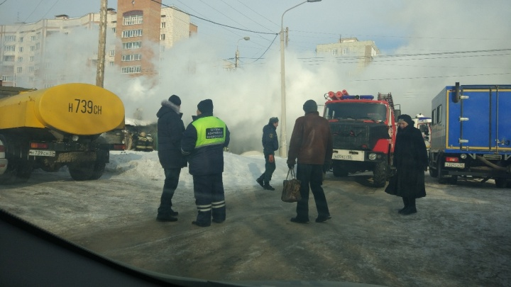 Проезжавшие мимо пожара сотрудники «Водоканала» помогли спасателям потушить огонь