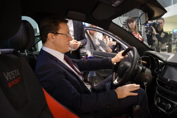 Глава региона оценил салон машины перед покупкой