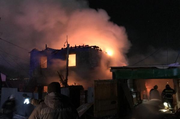 Из здания эвакуировали трех человек