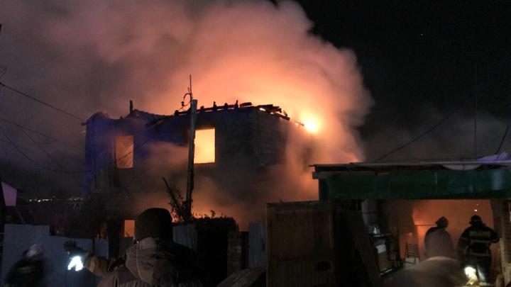 Пламя вырывалось изнутри: на улице Трехгорной сгорели два дома