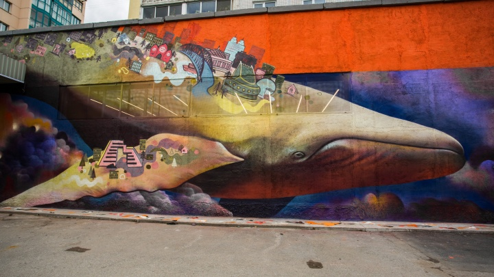 На стене возле цирка появился огромный кит с Новосибирском на спине