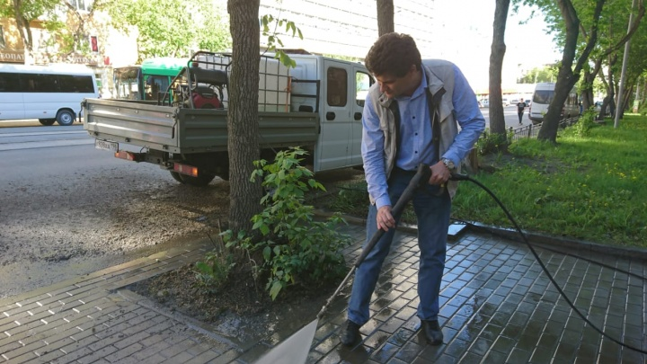 Воскресный трип: мэр помыл тротуар мойкой высокого давления
