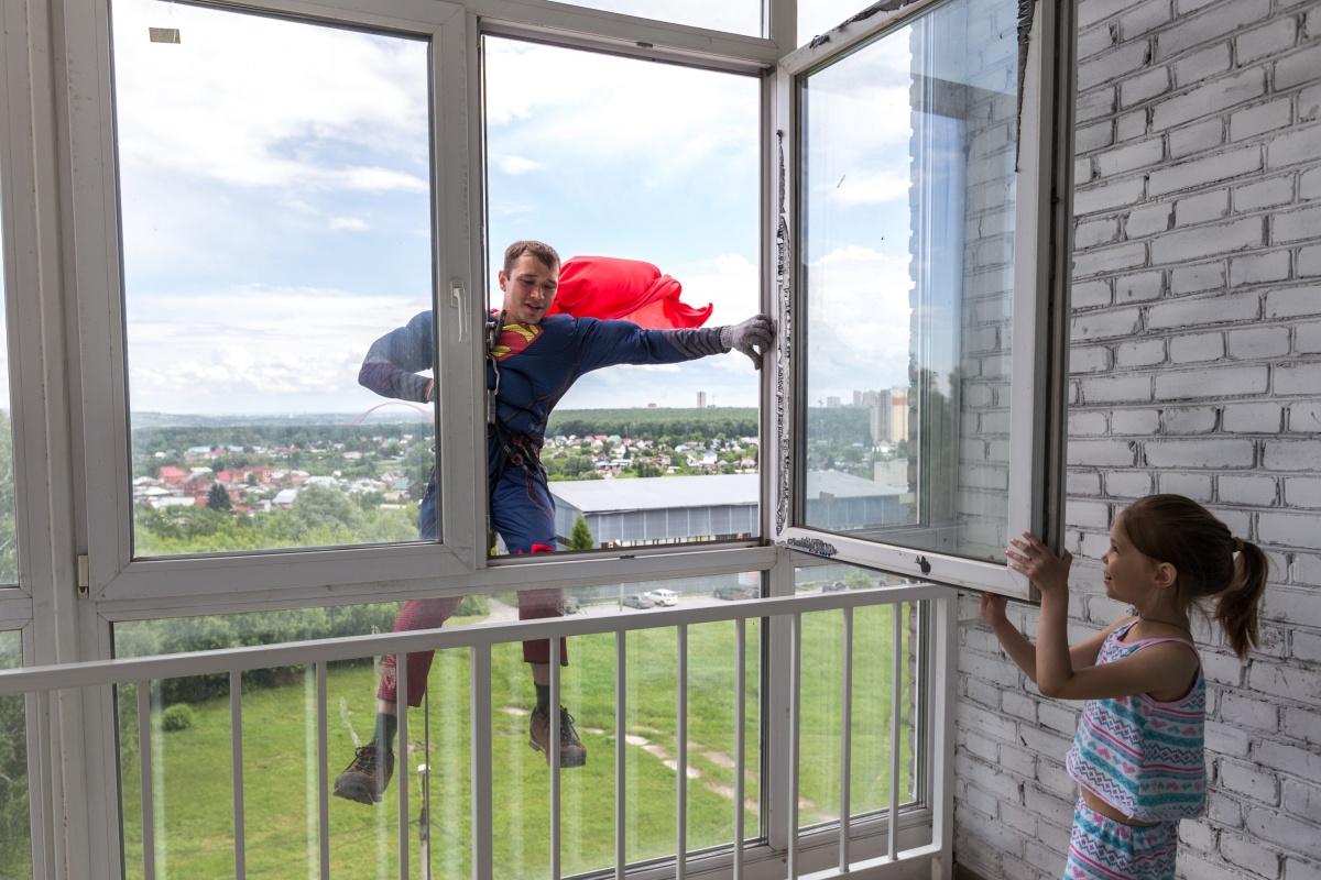 Дети спрашивали у альпинистов, не страшно ли им летать. Фото Ольги Бурлаковой