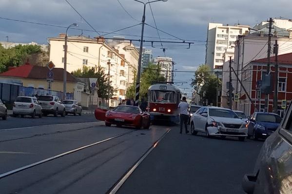Машины столкнулись на трамвайных путях