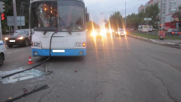 В Ярославле КАМАЗ протаранил пассажирский автобус: есть пострадавшие