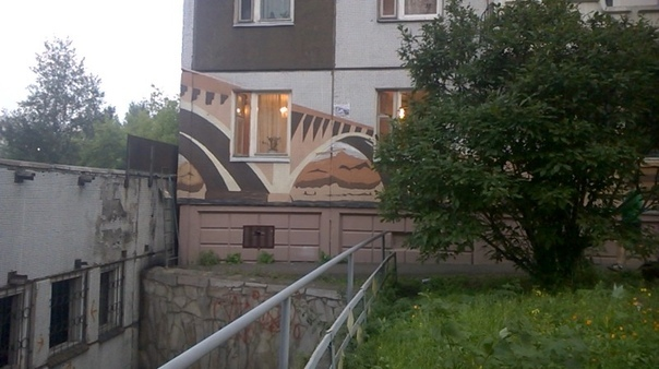 На фасаде многоэтажки в «Солнечном» художники нарисовали Коммунальный мост и часовню
