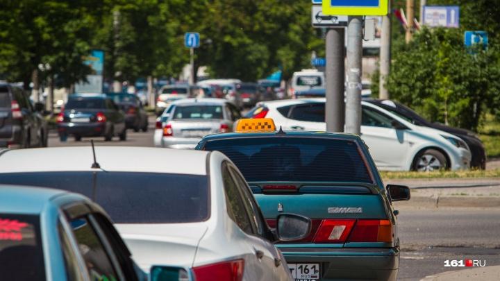 Угрожал ножом, а потом забрал деньги: в Ростове клиент напал на таксиста