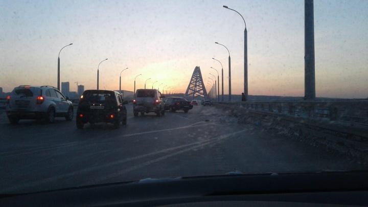 «Наехал на сугроб»:два автомобиля на Бугринском мосту попали в аварию