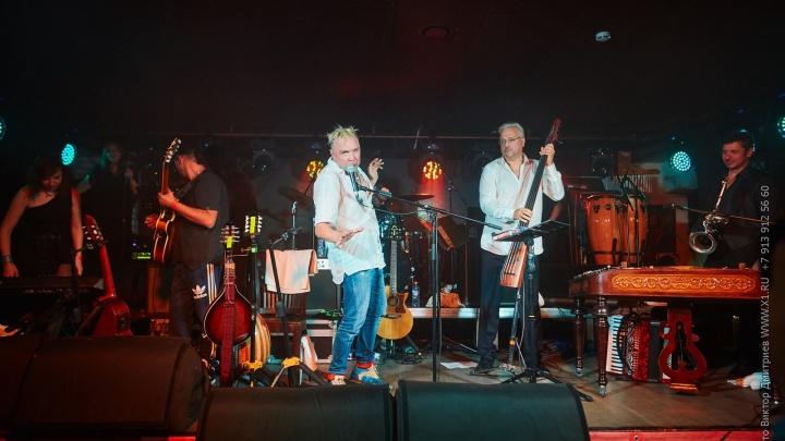 В Новосибирске выступил автор рок-хита про бабушку